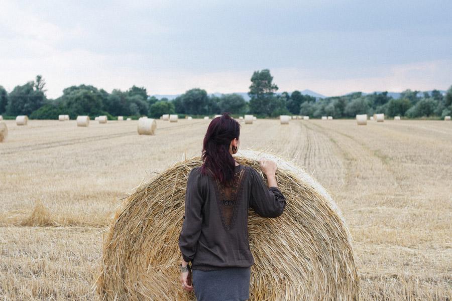 フリー写真 干し草ロールと後ろ姿の女性