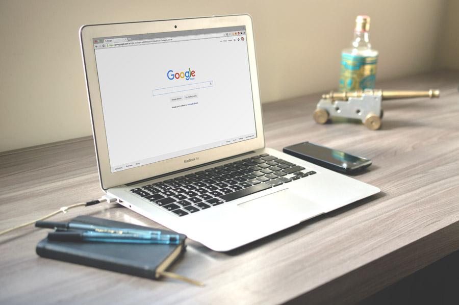 フリー写真 グーグルの検索ページを開いたノートパソコン