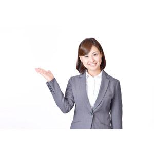 フリー写真, 人物, 女性, アジア人女性, 日本人, 女性(00086), 職業, 仕事, ビジネス, ビジネスウーマン, OL(オフィスレディ), レディーススーツ, 案内する, 白背景