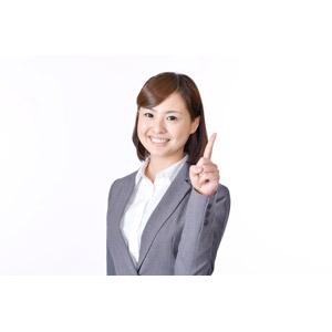 フリー写真, 人物, 女性, アジア人女性, 日本人, 女性(00086), 職業, 仕事, ビジネス, ビジネスウーマン, OL(オフィスレディ), レディーススーツ, 白背景, アドバイス, 説明する, 上を指す, 指差す
