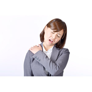 フリー写真, 人物, 女性, アジア人女性, 日本人, 女性(00086), 職業, 仕事, ビジネス, ビジネスウーマン, OL(オフィスレディ), レディーススーツ, 白背景, 肩こり, 痛い, 疲れる