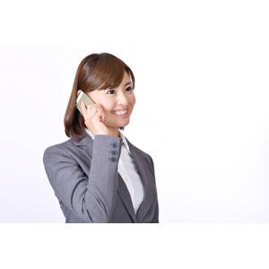 フリー写真, 人物, 女性, アジア人女性, 日本人, 女性(00086), 職業, 仕事, ビジネス, ビジネスウーマン, OL(オフィスレディ), レディーススーツ, 白背景, スマートフォン(スマホ), 携帯電話, 通話