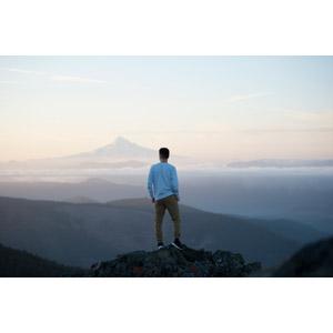 フリー写真, 人物, 男性, 後ろ姿, 眺める, 人と風景, 岩, アメリカの風景, フッド山
