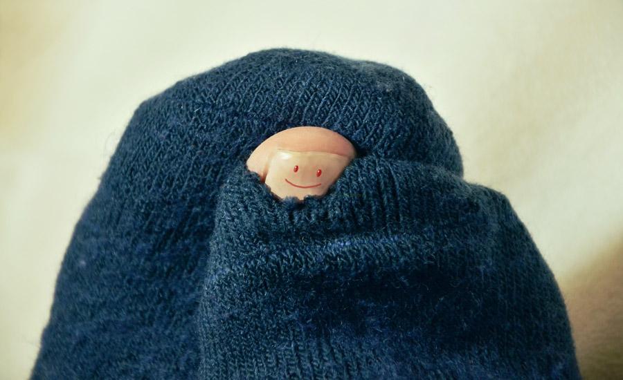 フリー写真 穴の開いた靴下と爪に描かれた顔