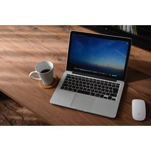 フリー写真, 家電機器, パソコン(PC), ノートパソコン, MacBook, アップル(Apple), コーヒー(珈琲), マグカップ, マウス