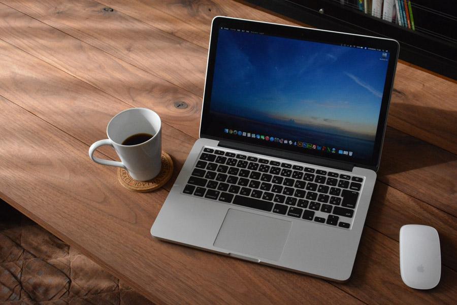 フリー写真 テーブルの上に置かれたノートパソコンとコーヒー