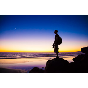 フリー写真, 人物, 男性, シルエット(人物), 人と風景, 夕暮れ(夕方), 夕焼け, 三日月, 海, ビーチ(砂浜), 岩, バックパック