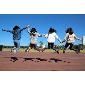 フリー写真, 人物, 子供, 女の子, 集団(グループ), 仲間, 友達, 四人, 手をつなぐ, 後ろ姿, 跳ぶ(ジャンプ)