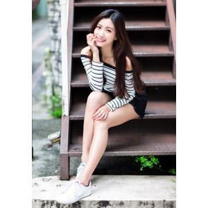 フリー写真, 人物, 女性, アジア人女性, 中国人, 楚珊(00053), 頬杖をつく, 座る(階段), 頬に手を当てる
