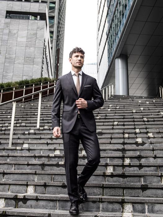 フリー写真 階段を下りる外国のビジネスマン