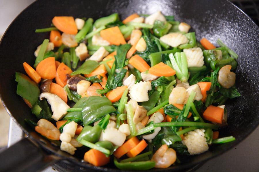 フリー写真 フライパンの中の野菜炒め