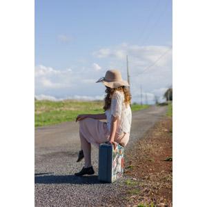 フリー写真, 人物, 女性, 外国人女性, 人と風景, 帽子, キャペリン, 旅行かばん, トランクケース, 旅行(トラベル), 待つ, 道路, 田舎