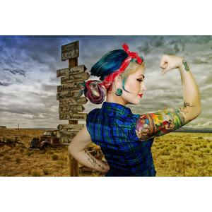 フリー写真, 人物, 女性, 外国人女性, 入れ墨(タトゥー), 力こぶ, 横顔, フォトレタッチ, 荒野, ルート66, バンダナ