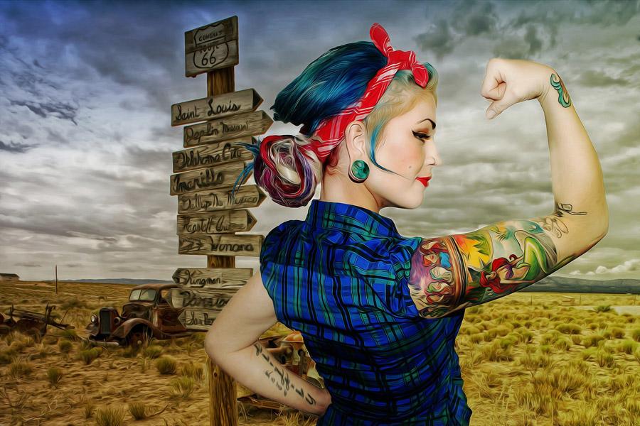 フリー写真 力こぶを作る外国人女性と荒野の風景