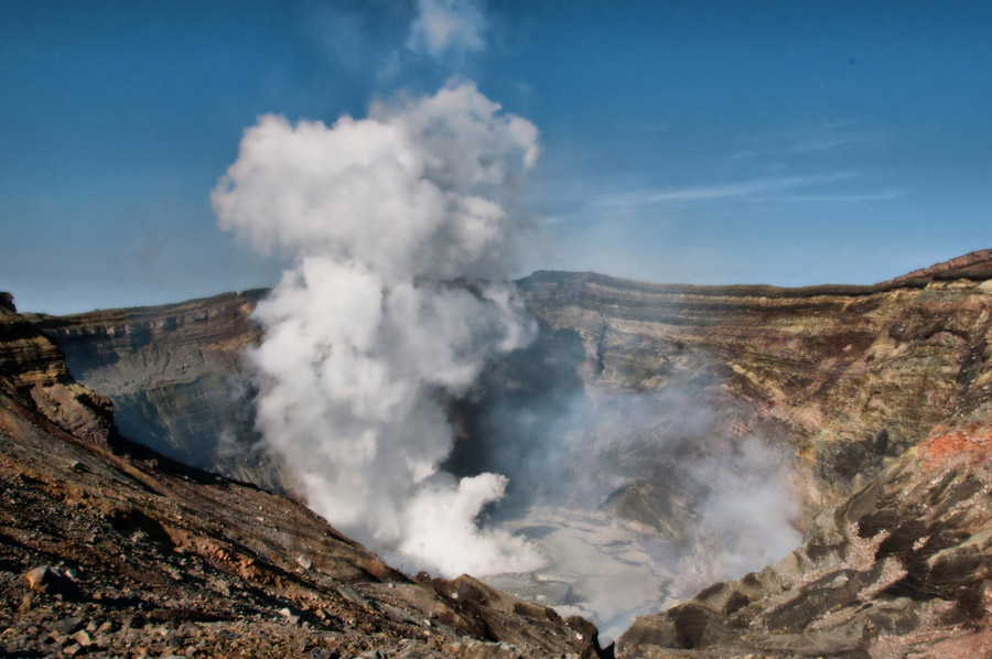 フリー写真 噴煙を上げる阿蘇山の火口