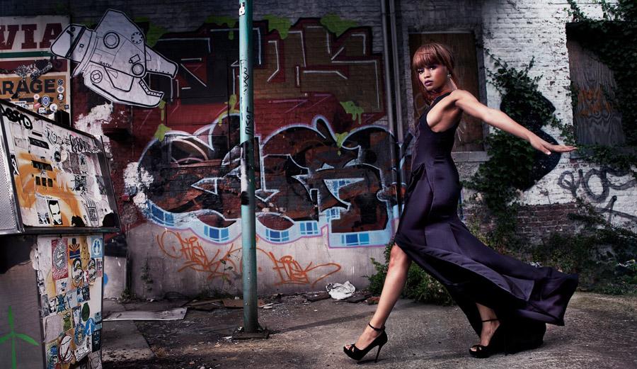 フリー写真 落書きされた壁とドレス姿黒人女性