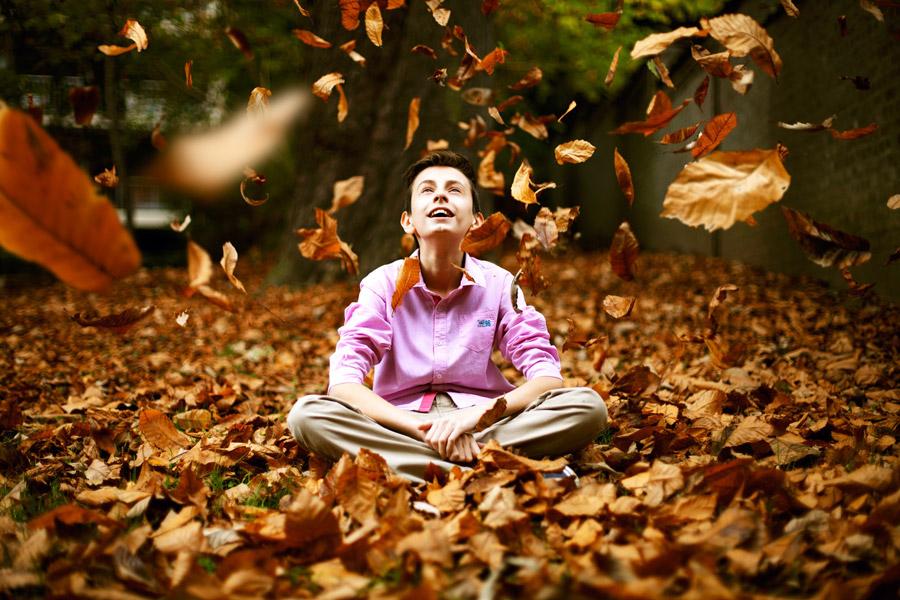 フリー写真 舞い落ちる落ち葉を眺めている外国人男性