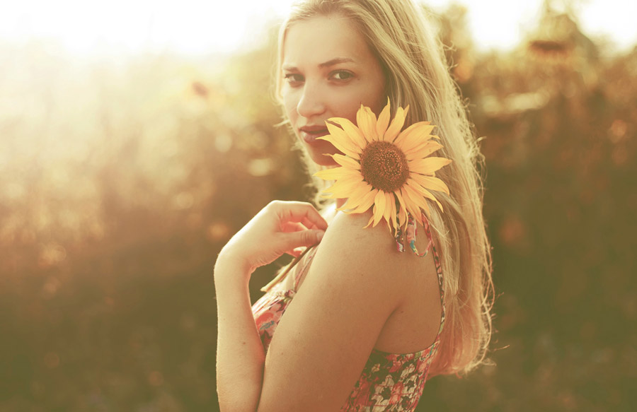 フリー写真 ひまわりの花と金髪の外国人女性