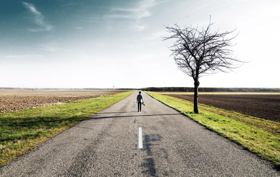フリー写真 田舎道を歩く人物の後ろ姿