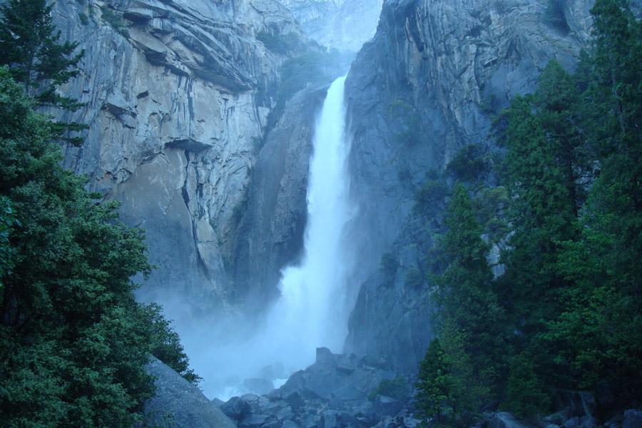 フリー写真 勢いよく流れているヨセミテ滝の風景