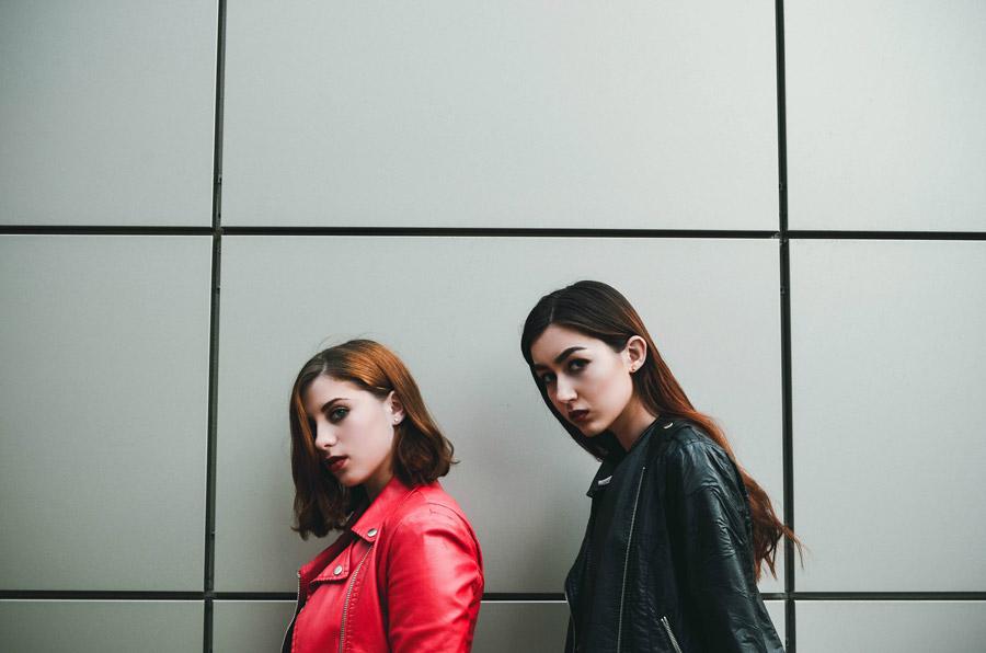 フリー写真 革ジャンを着た二人の外国人女性