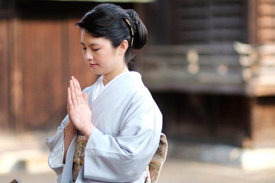 フリー写真 着物姿で参拝している日本人女性
