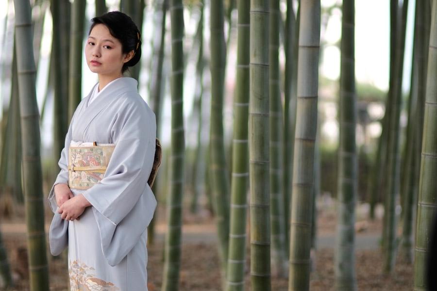 フリー写真 竹林と着物姿の日本人女性