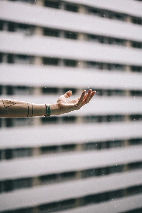 フリー写真 雨と伸ばした手