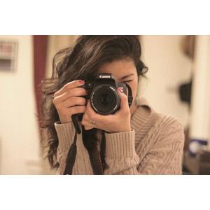 フリー写真, 人物, 女性, 外国人女性, カメラ, 一眼レフカメラ, 写真撮影, セーター, キャノン
