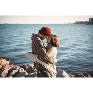 フリー写真, 人物, カップル, 恋人, おでこをつける, 抱き合う, 海, ロシア人