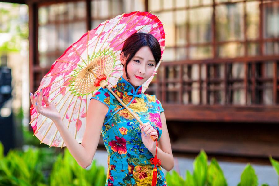 フリー写真 チャイナドレス姿で日傘を差す女性