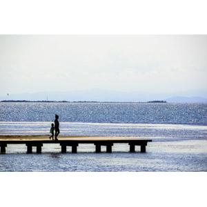 フリー写真, 人物, 親子, 子供, 母親(お母さん), 手をつなぐ, 人と風景, 海, 桟橋
