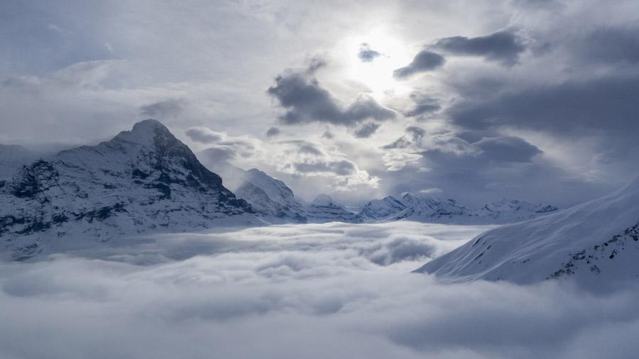 フリー写真 雲海の覆われるアイガーの山の風景