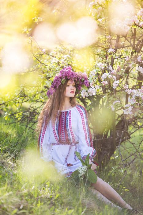 フリー写真 花冠をしたウクライナ人女性