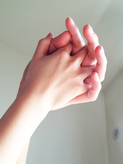 フリー写真 繋いだカップルの手