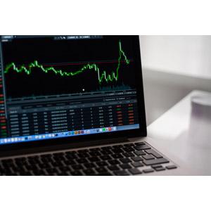 フリー写真, 家電機器, パソコン(PC), ノートパソコン, データ, グラフ, 株価, 株式, 金融