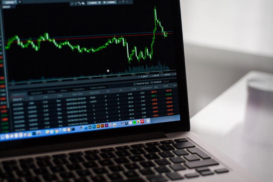 フリー写真 パソコンの画面上の株価チャート