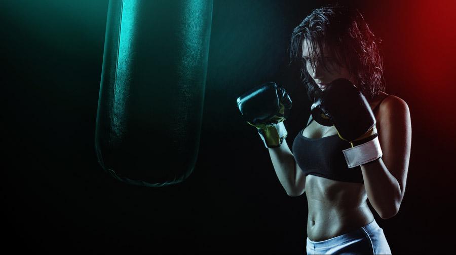 フリー写真 サンドバッグと女性ボクサー