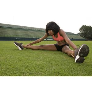 フリー写真, 人物, 女性, 黒人女性, 運動, ストレッチ, 前屈, 芝生