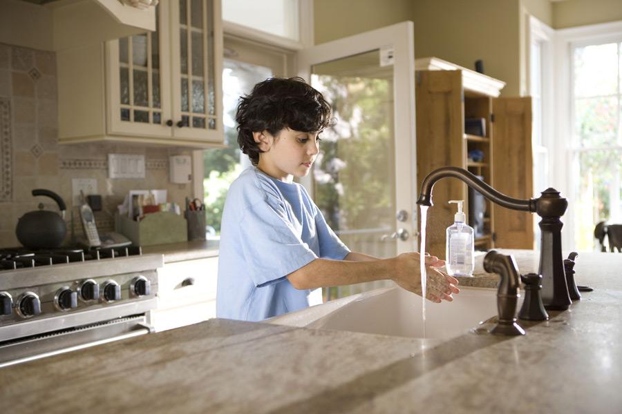 フリー写真 台所で手を洗っている外国の男の子
