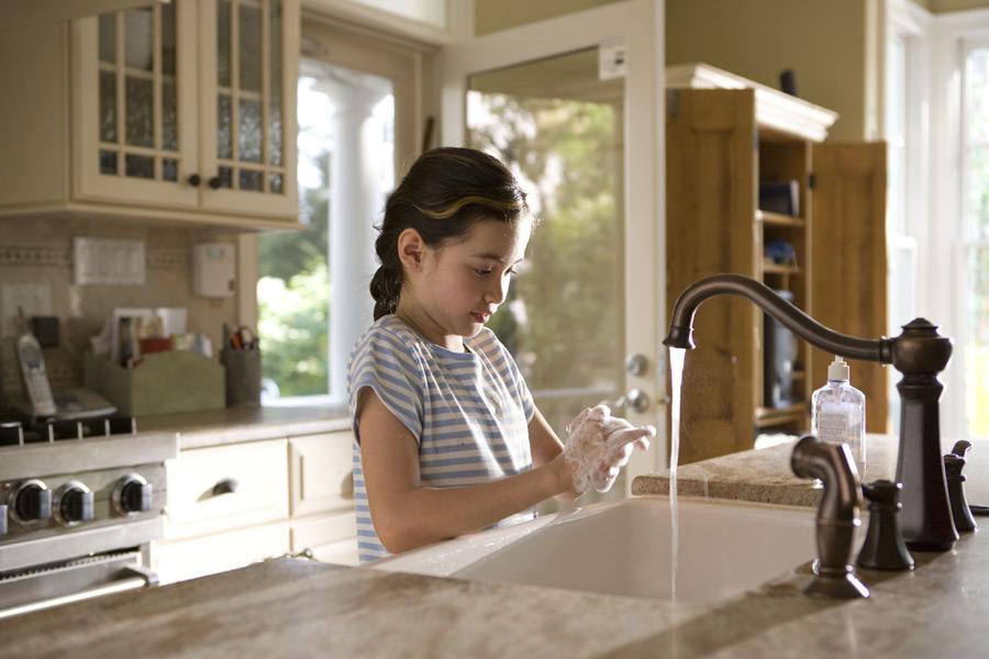 フリー写真 ハンドソープを泡立てて手を洗っている外国の女の子
