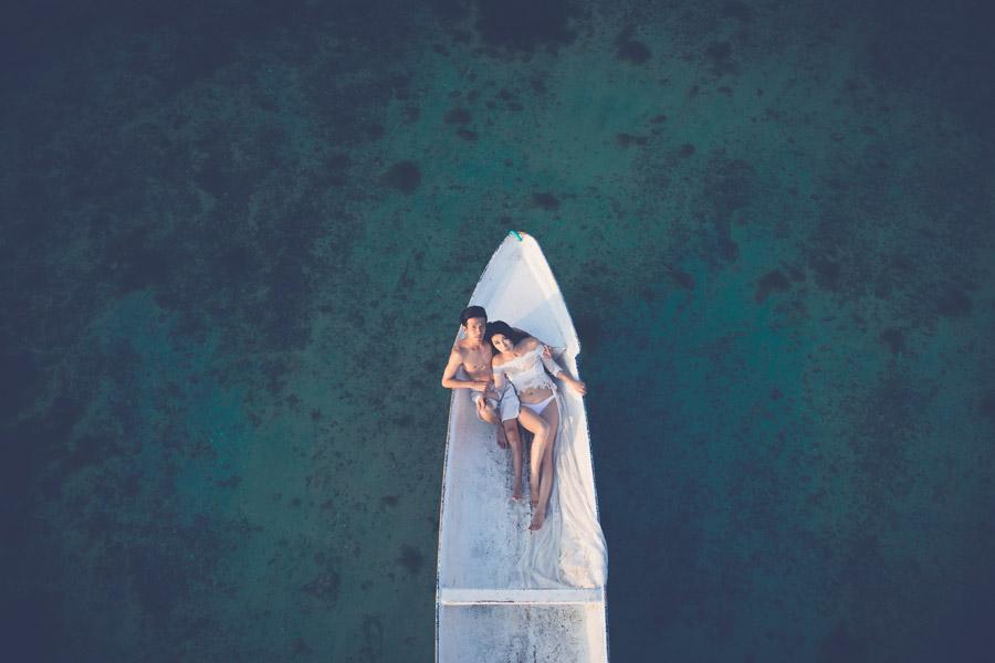 フリー写真 海浮かぶボートの中のカップル