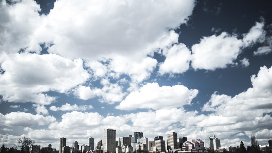 フリー写真 エドモントンの街並みと雲の多い空の風景