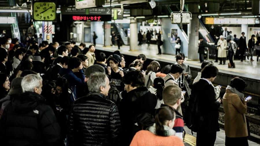 フリー写真 新宿駅で電車を待つ人々