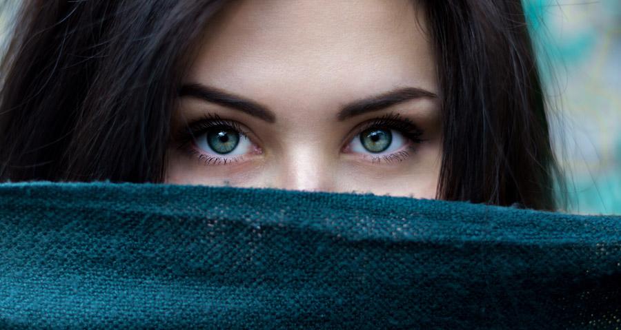 フリー写真 スカーフで口元を隠す外国人女性の顔