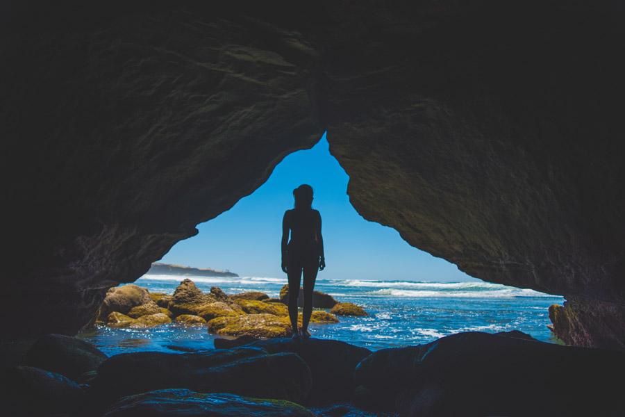 フリー写真 洞窟と海と女性のシルエット