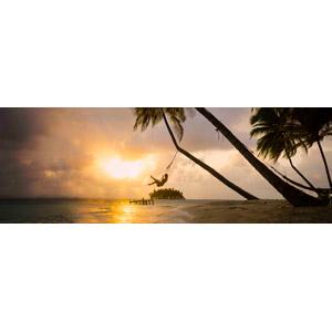 フリー写真, 風景, ビーチ(砂浜), 海, 夕暮れ(夕方), 夕日, 椰子(ヤシ), ブランコ, 人と風景, 女性, パナマの風景, 南国, リゾート, バケーション