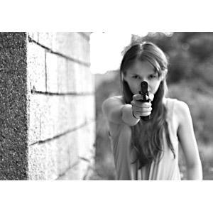 フリー写真, 人物, 女性, 外国人女性, 武器, 銃(鉄砲), 拳銃, ピストル, モノクロ