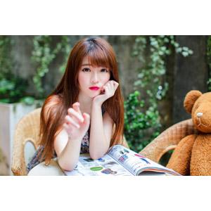 フリー写真, 人物, 女性, アジア人女性, 欣欣(00001), 中国人, 雑誌, 頬杖をつく, 手を伸ばす