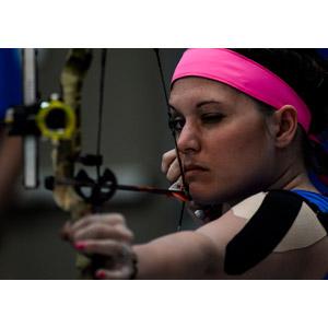 フリー写真, 人物, 女性, 外国人女性, アメリカ人, 弓道(アーチェリー), 弓矢, 射的競技, スポーツ